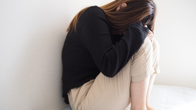 病気に悩む女性画像