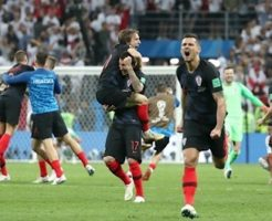 クロアチア対イングランドに勝って喜ぶクロアチア選手たち